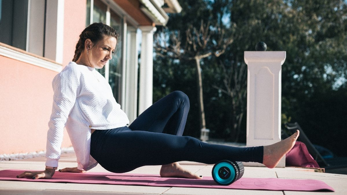 Pauline Ferrant Prevot a utilizar o rolo de massagem vibratório Compex Ion
