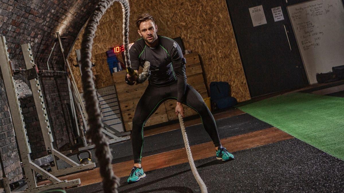Fato de eletroestimulação diPulse SMARTSKIN em utilização durante exercícios com corda